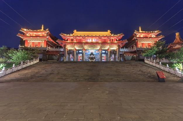Cena noturna do templo de wen wu no lago sun-moon em nantou, taiwan