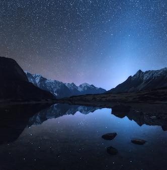 Cena noturna incrível com montanhas e lago