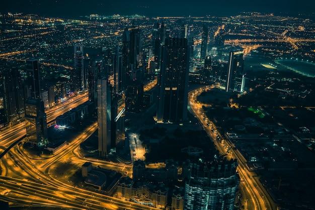 Cena noturna no centro de dubai com as luzes da cidade. vista superior de cima