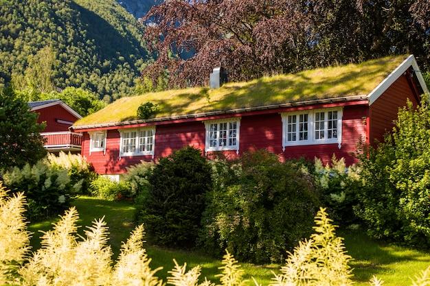 Cena pitoresca da vila de urke e do fiorde hjorundfjorden, noruega.