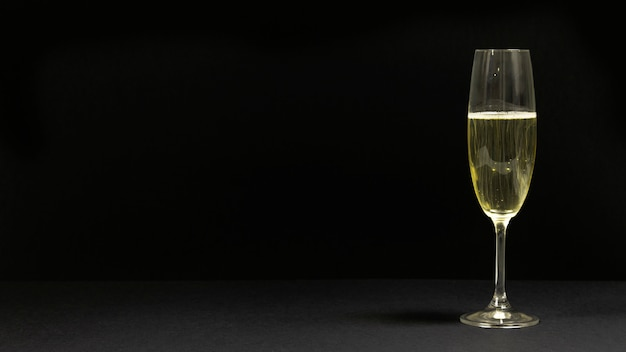 Cena preta com uma taça de champanhe.