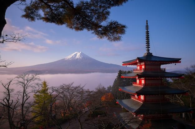 Cena rara do pagode chureito e do monte fuji com névoa matinal, japão no outono