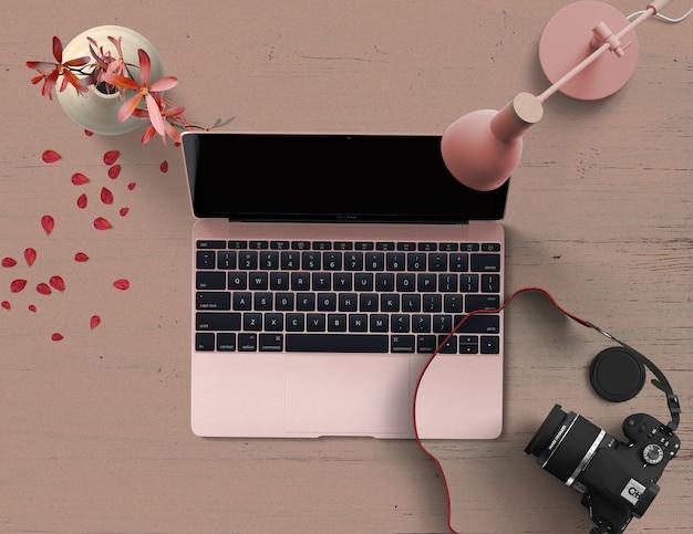 Cena rosa vista superior com computador e câmera
