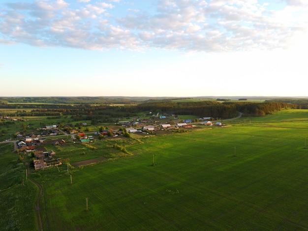 Cena rural em sunset.view de um drone.