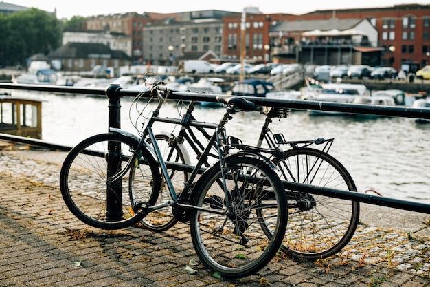 Cena suburbana de casas com canais e bicicletas