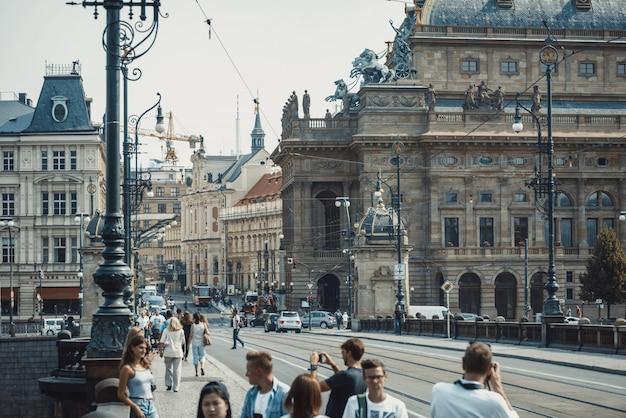 Cena urbana em frente ao teatro nacional ao longo da ponte de legion. praga, república tcheca