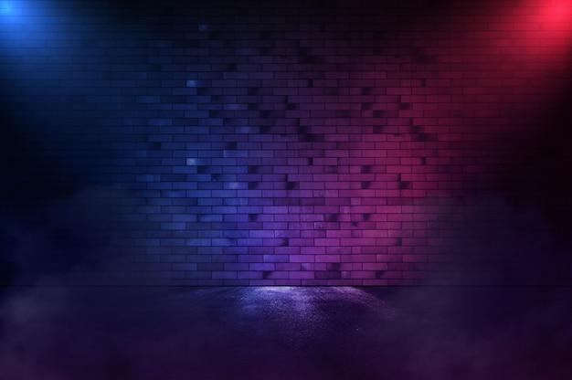 Cena vazia. irradia a luz de néon na parede de tijolos de néon com asfalto molhado. copie o espaço