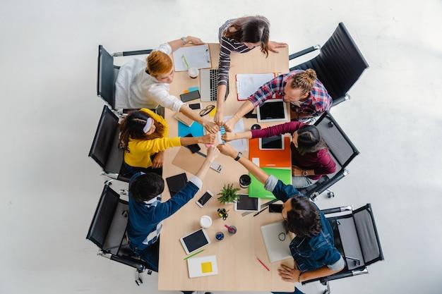 Cena vista superior, de, asiático, e, multiétnico pessoas negócio, com, terno ocasional, sentando