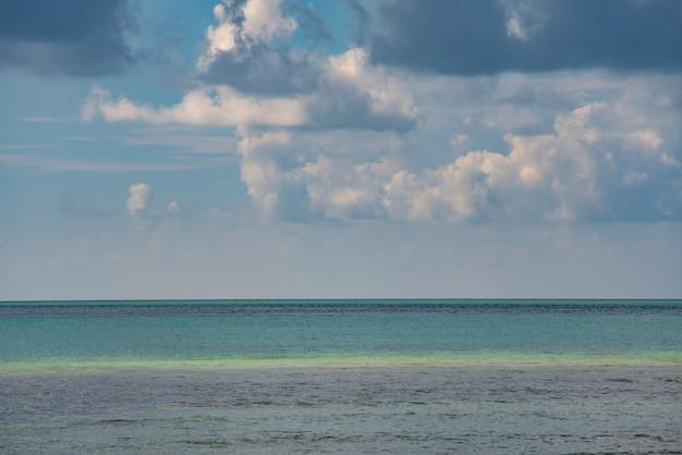 Cenário abstrato do mar e céu azul com nuvens