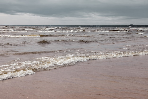 Cenário atmosférico dramático mar báltico, ondas e respingos de água nos quebra-mares. cloudscape do norte da natureza na costa do oceano. ambiente com tempo instável, mudança climática. fundos abstratos tempestuosos