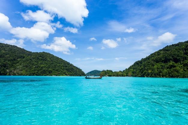 """Cenário bonito do seascape na ilha de """"surin"""" em """"phang nga"""" em tailândia."""