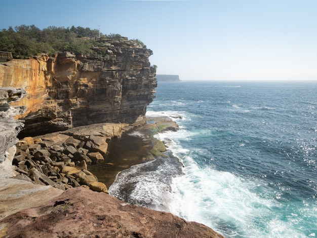 Cenário costeiro com falésias e ondas