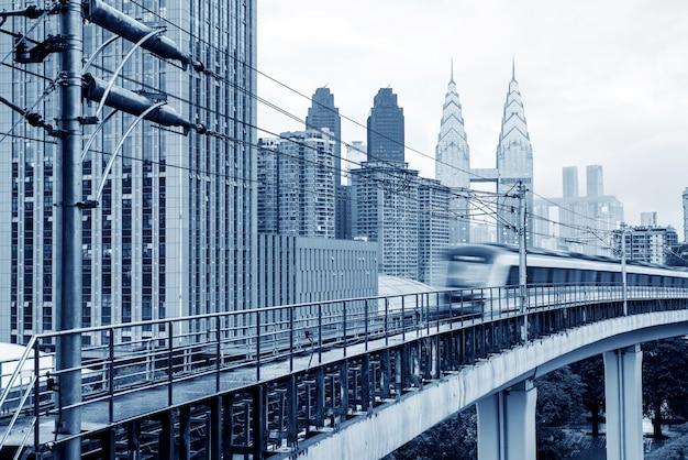 Cenário da cidade de chongqing e trânsito ferroviário