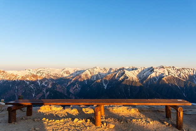 Cenário da cordilheira da neve do parque de chubu-sangaku dos cumes de japão do norther.