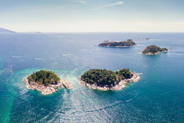 Cenário da ilha de lipe com arquipélago no mar tropical no verão
