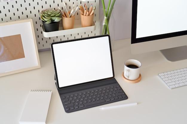 Cenário da mesa de escritório com o laptop da tela vazia da maquete. espaço de trabalho mínimo