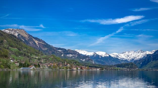 Cenário da montanha do inverno do lago