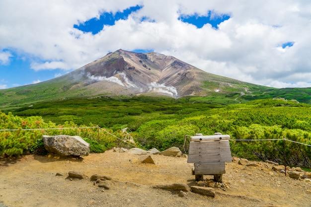 Cenário da montanha do pico de asahidake e do céu nebuloso azul no verão, asahikawa, hokkaido, japão.