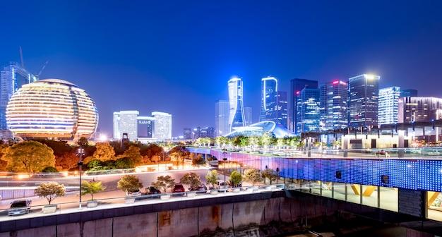 Cenário da noite da paisagem arquitetônica urbana moderna em hangzhou