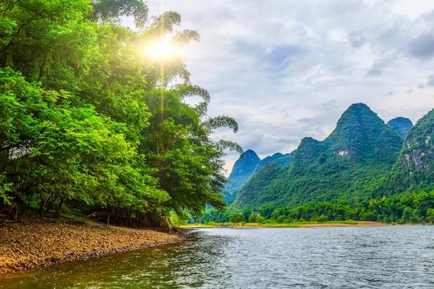 Cenário da paisagem da água azul natural antigo