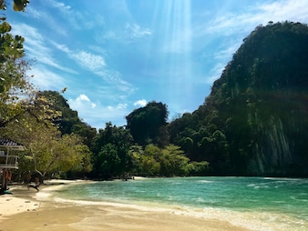Cenário da praia tranquila em Krabi Tailândia