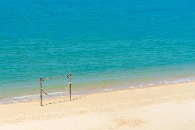 Cenário de balanço para relaxar na praia no mar nas férias de verão