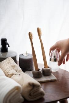Cenário de banheiro estético com escovas de dente ecológicas e vela perfumada