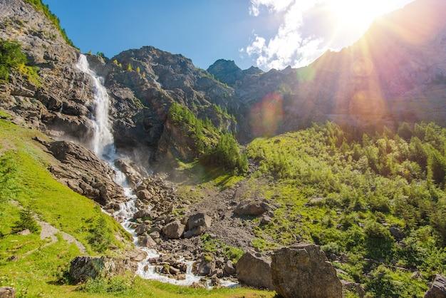 Cenário de cachoeiras de adelboden