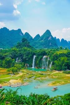 Cenário de cascata limpa turismo de terra verde