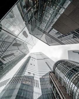 Cenário de construção de negócios modernos tocando o céu