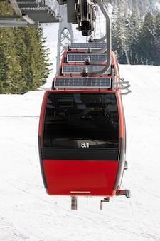 Cenário de inverno de um teleférico cercado por montanhas nevadas