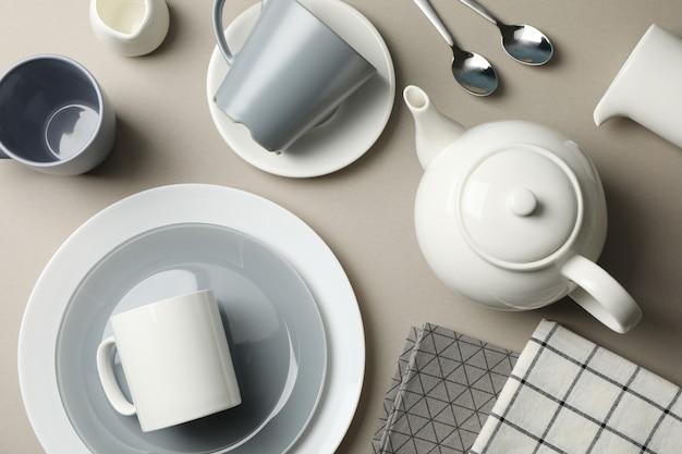 Cenário de mesa com bule em fundo cinza, vista superior