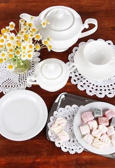 Cenário de mesa com camomilas em mesa de madeira
