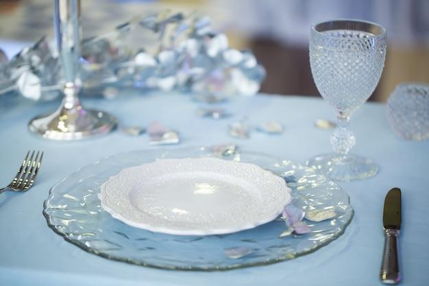 Cenário de mesa com castiçal de vidro