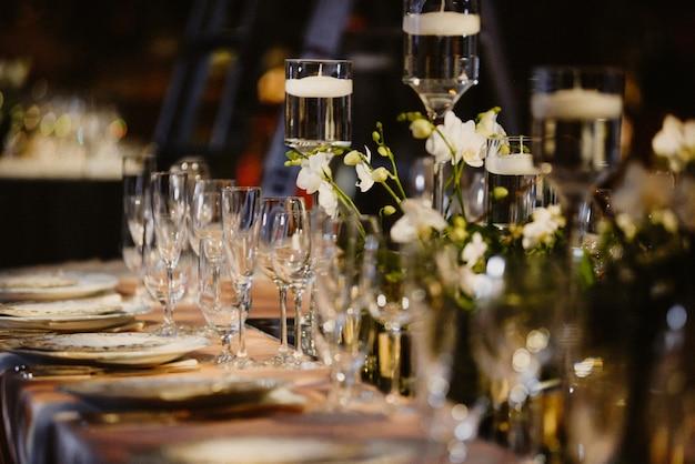 Cenário de mesa com foco em taças e pratos