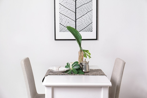 Cenário de mesa com folhas tropicais verdes em um café