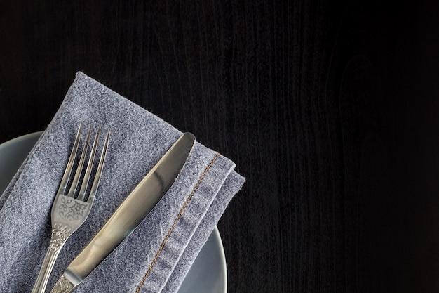 Cenário de mesa com garfo de guardanapo de prato vazio e faca