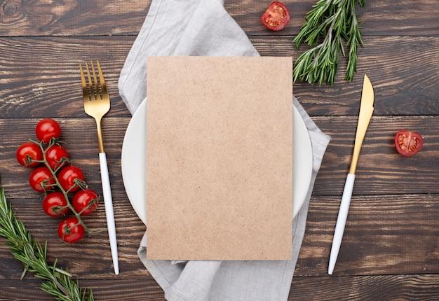 Cenário de mesa com ingredientes ao lado