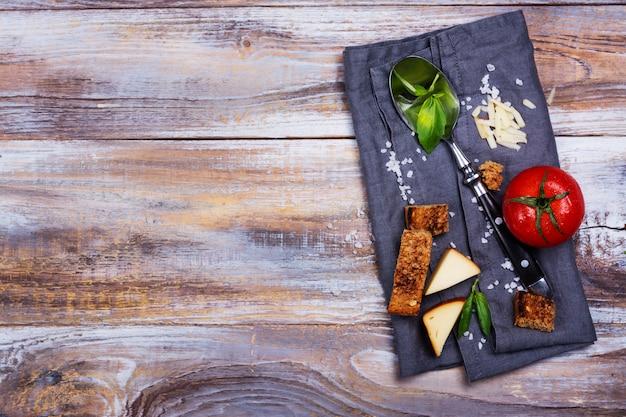 Cenário de mesa com ingredientes, colher e guardanapo de linho