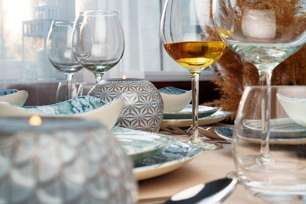 Cenário de mesa com louça elegante na toalha de mesa bege