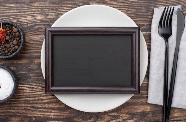 Cenário de mesa com moldura na parte superior
