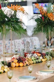 Cenário de mesa com muitas frutas diferentes