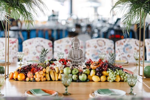 Cenário de mesa com taças de vinho, talheres e pratos