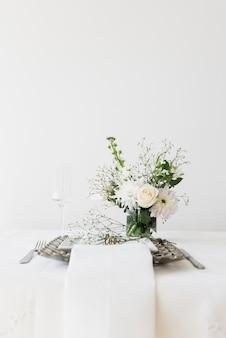 Cenário de mesa com texto de amor e vaso de flor