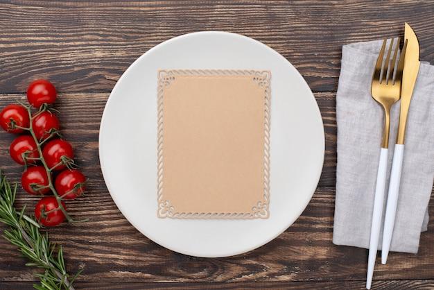 Cenário de mesa com tomates ao lado