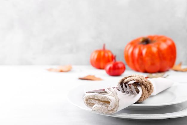 Cenário de mesa de ação de graças outono com abóboras decorativas e folhas secas cópia espaço