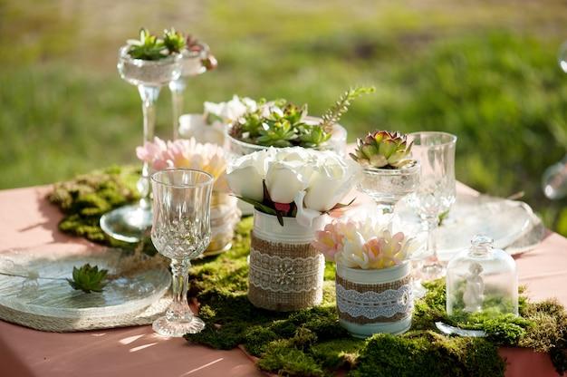 Cenário de mesa de casamento rústico com suculentas e musgo