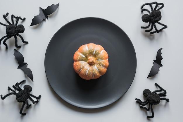 Cenário de mesa de conceito de halloween com aranhas negras na mesa cinza