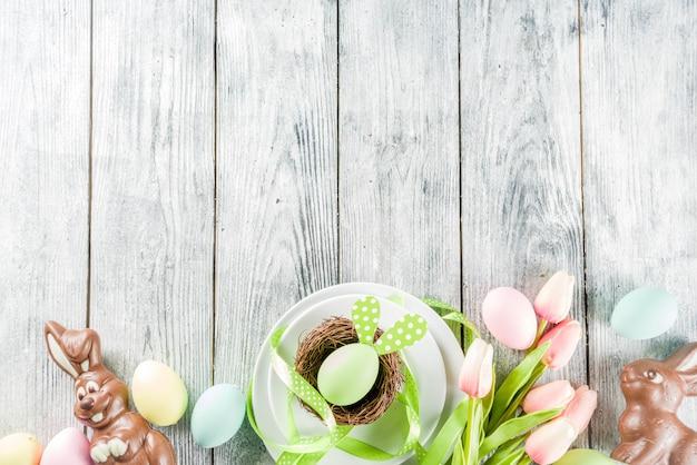 Cenário de mesa de férias de páscoa com coelhos e ovos