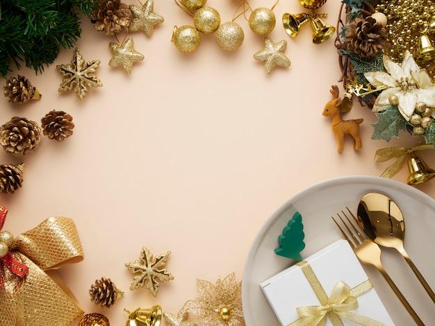 Cenário de mesa de jantar de natal com enfeites de ouro